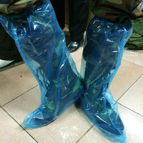 Combo 50 đôi ủng nilon bọc giày đi mưa