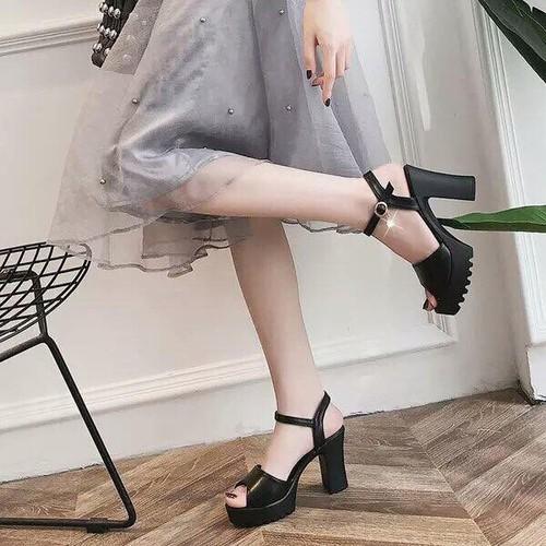 Sandal cao gót 7p gót to có 2 màu đen và trắng