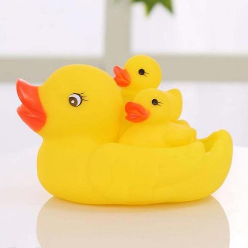 Đàn vịt mẹ con thả bồn tắm cho bé yêu thỏa sức vui chơi