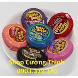 Hai cái kẹo cao su Hubba Bubba