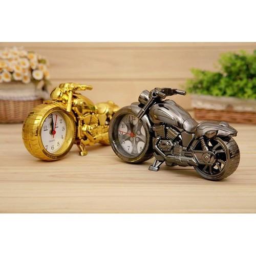 Đồng hồ để bàn phân khối lớn Alarm giúp bạn trang trí bàn làm việc theo phong cách xe cộ sang trọng