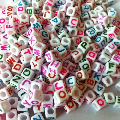 50g hạt nhựa vuông trắng vẽ chữ màu khoảng 200 hạt