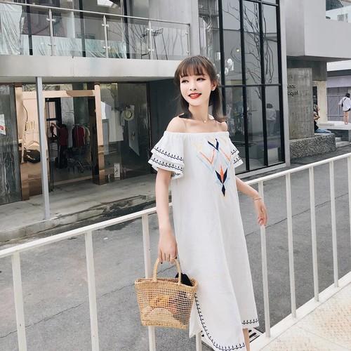 Đầm suông trắng viền thổ cẩm trễ vai