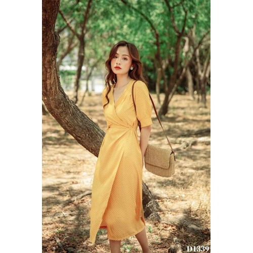 Đầm bi vàng chéo cột eo