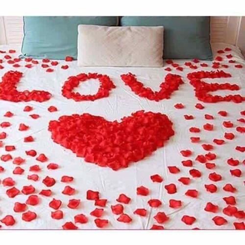 cánh hoa hồng lụa trải giường