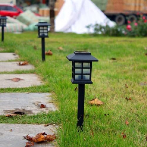 Đèn năng lượng mặt trời trang trí sân vườn