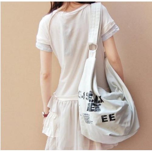 Túi xách đeo chéo in chữ chất thô