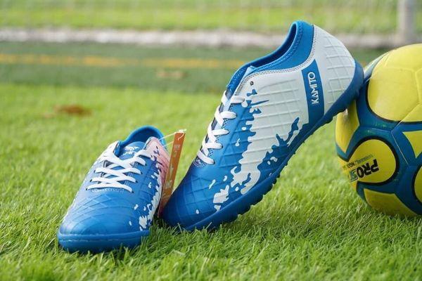 chọn giày đá bóng cho sân cỏ nhân tạo