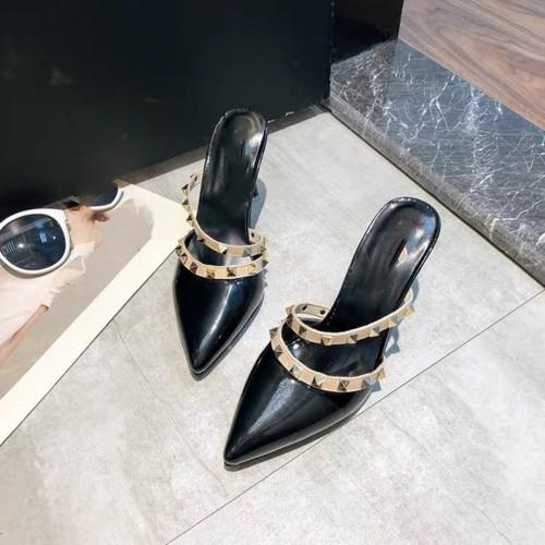 Giày gót viền đinh