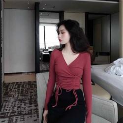 Áo cổ V dây rút màu đỏ