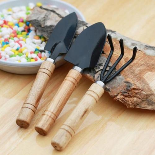 Bộ 3 dụng cụ làm vườn tiện dụng size trung có tay cầm bằng gỗ - 13060375 , 21097717 , 15_21097717 , 46000 , Bo-3-dung-cu-lam-vuon-tien-dung-size-trung-co-tay-cam-bang-go-15_21097717 , sendo.vn , Bộ 3 dụng cụ làm vườn tiện dụng size trung có tay cầm bằng gỗ