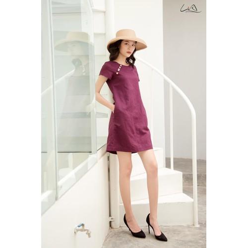 Đầm linen màu măng cụt phối nút gỗ thanh lịch