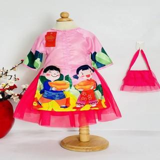 Áo dài cách tân bé gái hình em bé ôm đĩnh vàng từ 14kg-34kg. Họa tiết đặc trưng Tết- Tết sung túc.