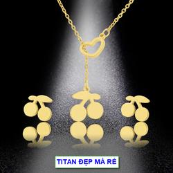 Bộ đôi 2 món trang sức titan liền mặt tim cách điệu chùm cherry – Hàng titan vàng 18k sáng bóng đẹp – Cam kết 1 đổi 1 nếu đen và gỉ sét