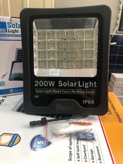 Đèn Pha Chip LED Năng Lượng Mặt Trời 200W