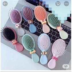 Lược chải tóc hàn quốc mẫu mới SHOP GIAO MÀU NGẪU NHIÊN Chất liệu: nhựa cao cấp Giảm bớt sự kích ứng da đầu bằng các đầu mút, làm cho kích thích thích hợp lên da đầu của bạn với chải mềm. Gọn dễ mang theo